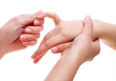 осмотр пальцев на предмет осложнений