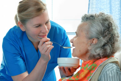 кормление пожилой женщины