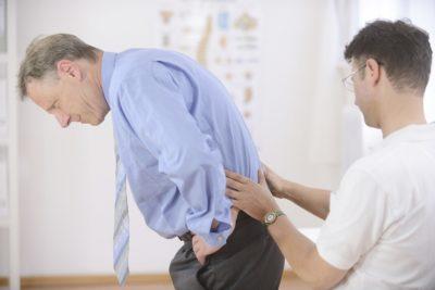 осмотр спины у врача