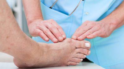 осмотр травмы стопы врачом