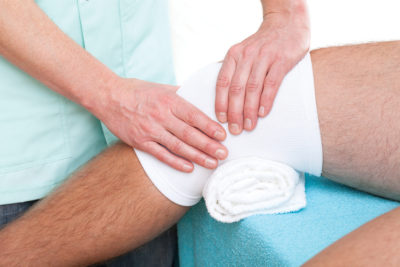 осмотр травмы коленной чашечки