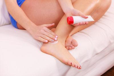 нанесение мази на травмированную ногу