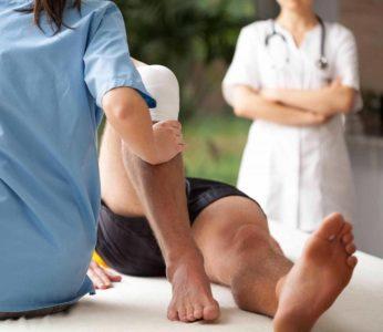 осмотр травмы ноги
