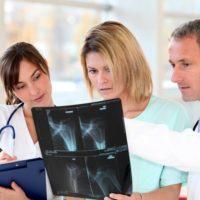 врач с рентгеновским снимком