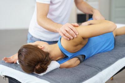 массаж травмированного локтя