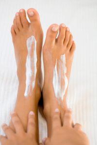 ноги с кремом