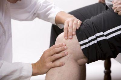 осмотр коленной чашечки врачом