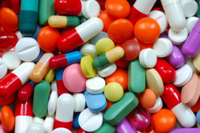 много разных таблеток и капсул