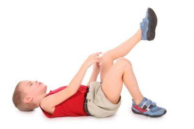 ребенок с травмой колена