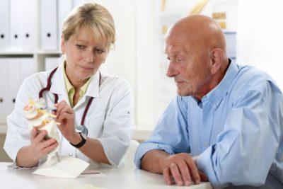 врач объясняет курс лечения