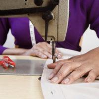 женщина за швейной машинкой