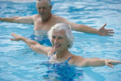 пожилые люди в бассейне