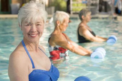 пожилые женщины в бассейне