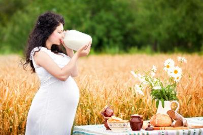 беременная девушка с банкой молока