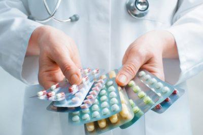 врач с большим выбором лекарств