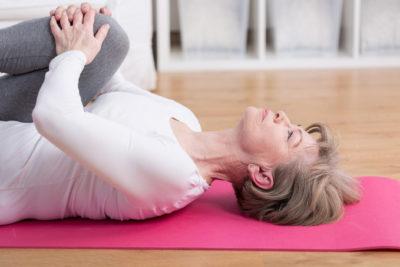женщина делает упражнения для растяжки