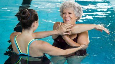 занятия в бассейне с инструктором
