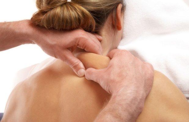 массаж шеи и плеч