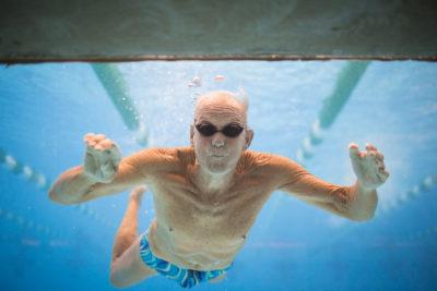 пожилой мужчина под водой