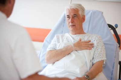 врач диагностирует боли