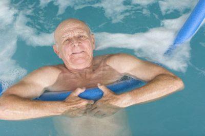 мужчина в бассейне