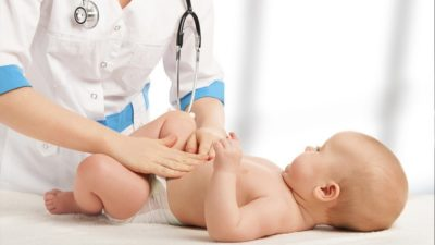младенец у педиатра