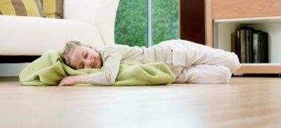 ребенок спит на полу