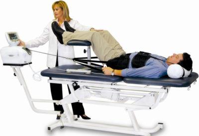 врач проводит процедуру