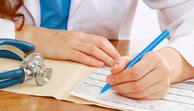 врач заполняет документы