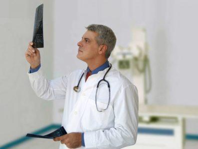 Врач изучает диагностические данные пациента