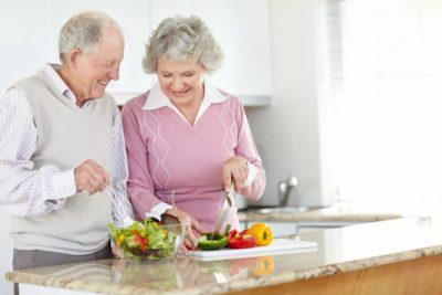 пожилая пара готовит ужин