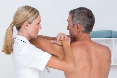 осмотр плеча у врача